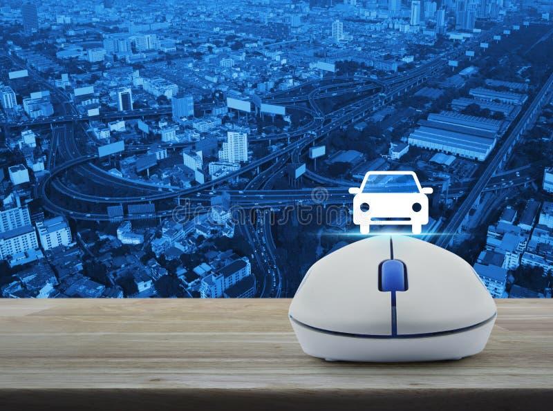 Беспроволочная мышь компьютера с значком вид спереди автомобиля плоским на деревянном стоковые фотографии rf