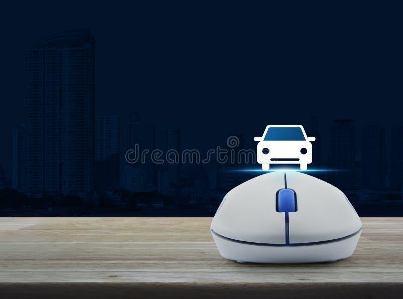 Беспроволочная мышь компьютера с значком вид спереди автомобиля плоским на деревянном стоковые изображения rf