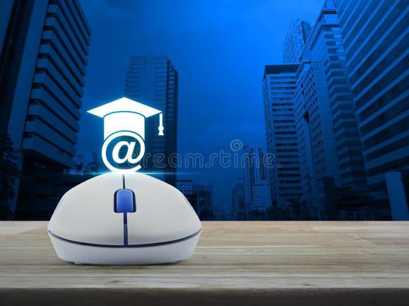 Беспроволочная мышь компьютера с значком обучения по Интернетуу на деревянном столе внутри стоковая фотография rf