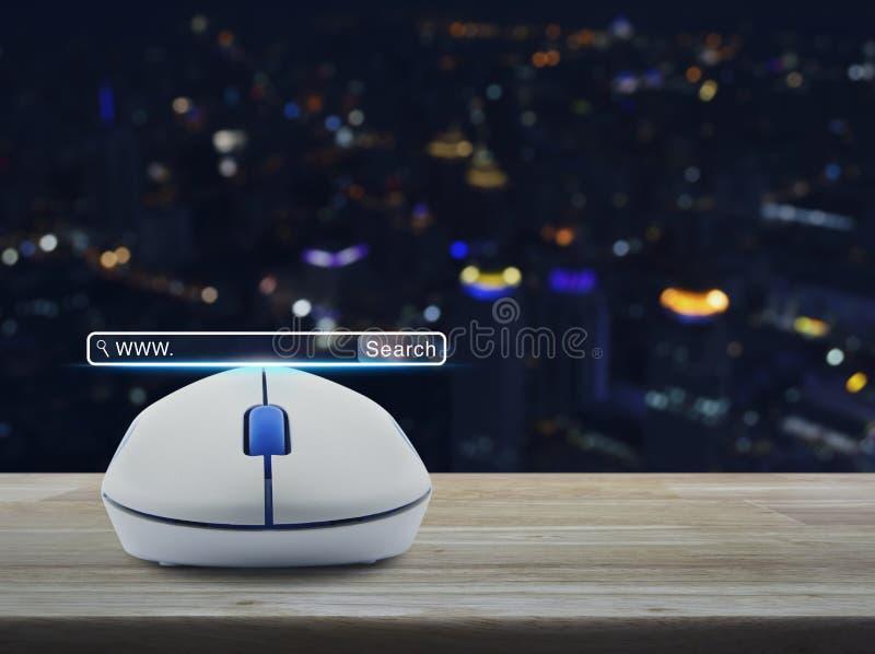 Беспроволочная мышь компьютера с кнопкой www поиска на деревянном столе o стоковая фотография rf