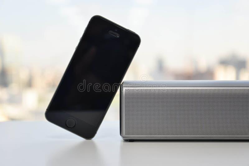 Беспроволочные диктор и мобильный телефон стоковое изображение