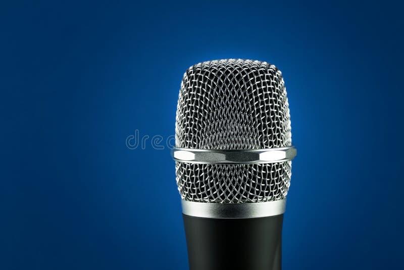 Беспроволочный микрофон на голубой предпосылке стоковые фотографии rf