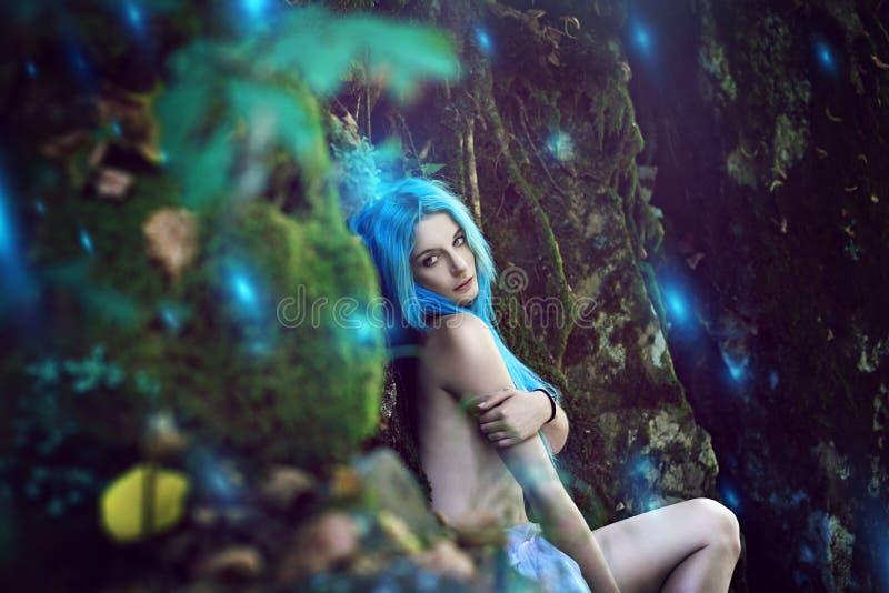 Бесплотная нимфа с сюрреалистическими светами леса стоковое фото rf