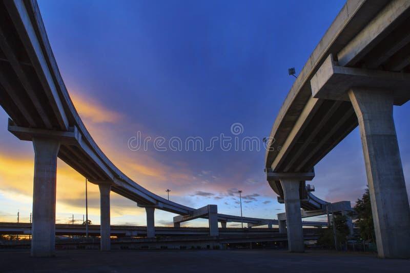 Бетонная конструкция срочного пути против красивого dusky неба мы стоковая фотография rf