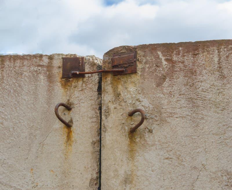 Бетонная стена вставляя из it& x27; шарниры s ржавые для транспорта стоковые изображения rf