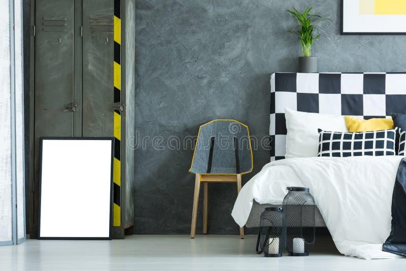 Бетонная стена в творческой спальне стоковое изображение rf
