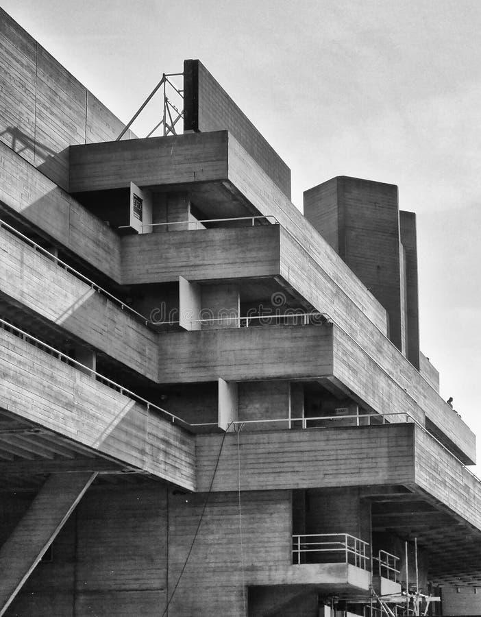 Бетонное здание Brutalist - угол стоковая фотография rf