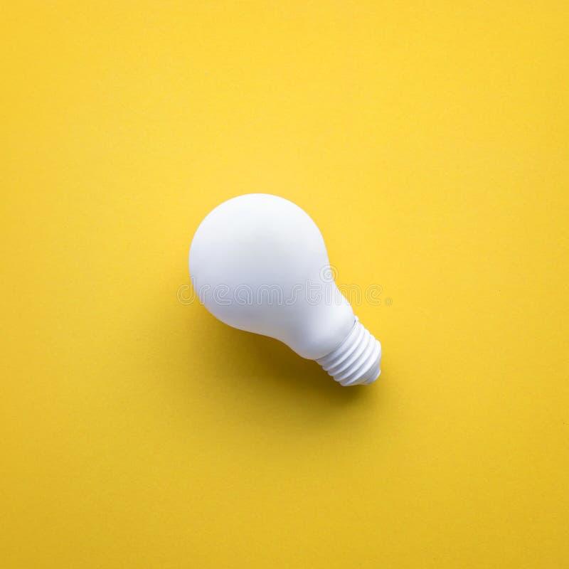 Белая лампочка на предпосылке цвета Творческие способности идей стоковая фотография rf