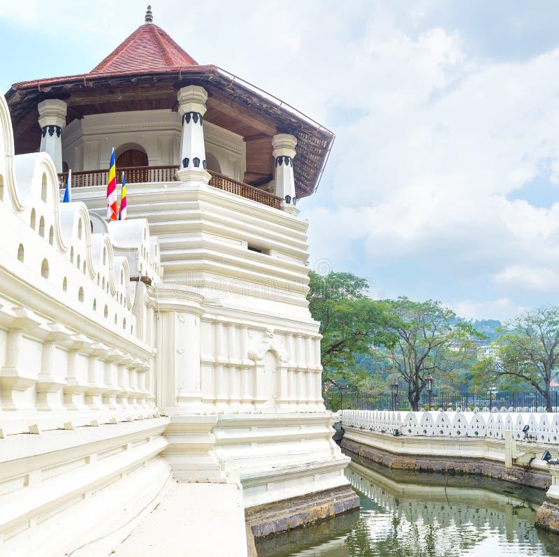 Белая башня виска священного зуба стоковые фотографии rf