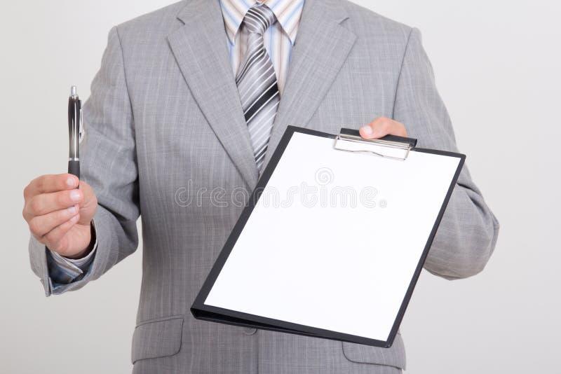 Белая бумага и ручка в руках бизнесмена стоковое изображение