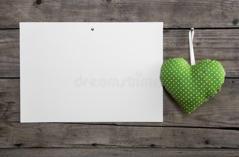 Белая бумага на старой деревянной стене с светло-зеленой смертной казнью через повешение слышит стоковая фотография rf
