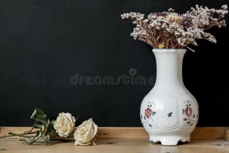 Белая ваза фарфора Herend венгра с сухими цветками стоковое изображение rf
