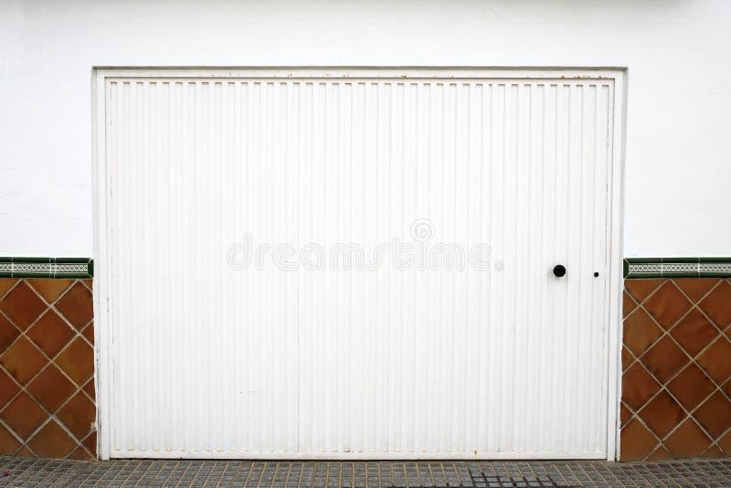 Белая дверь гаража стоковая фотография