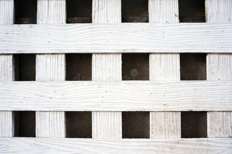 Белая деревянная решетина на стене цемента стоковое изображение rf