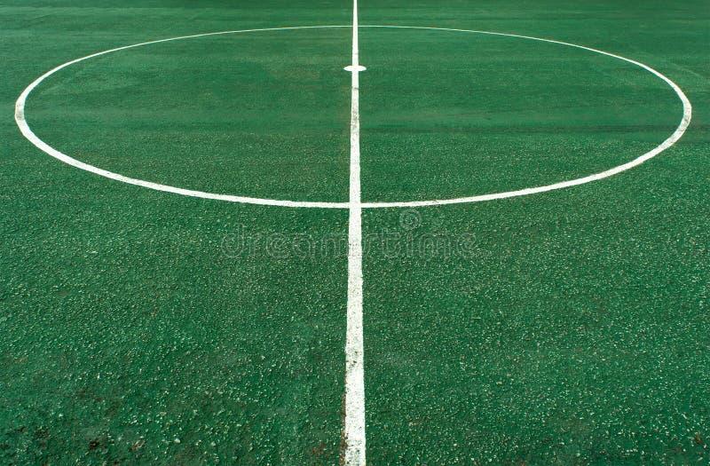 Белая линия круга в центре  футбольного поля стоковое фото rf