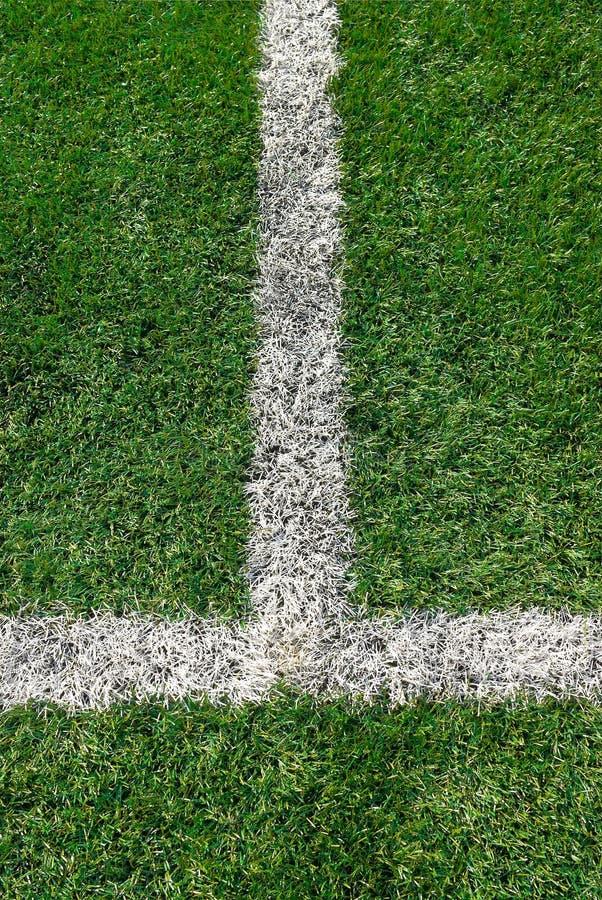 Белая линия маркировки на футбольном поле стоковые фото