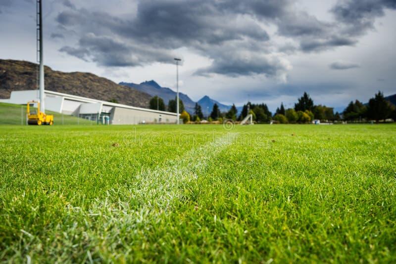 Белая линия на зеленой траве стоковое фото