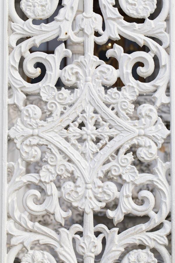 Белая картина нанесённого металла, исторические мотивы строба сада тахты стоковые изображения
