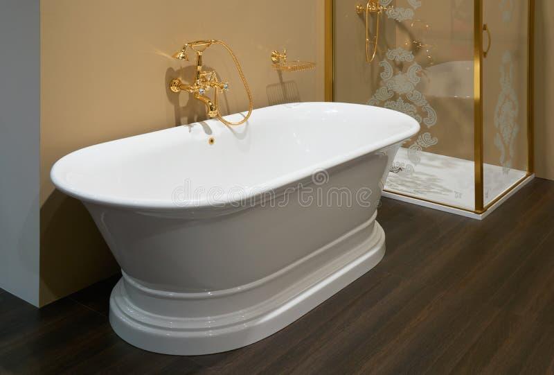 Белая керамическая ванна стоковое фото