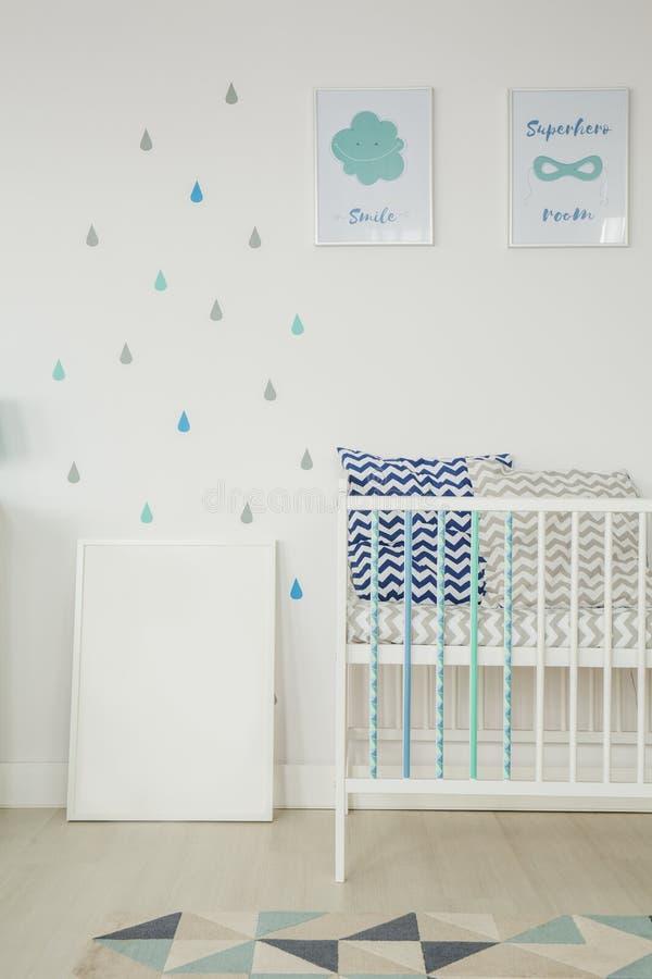 Белая комната с кроваткой младенца стоковые изображения
