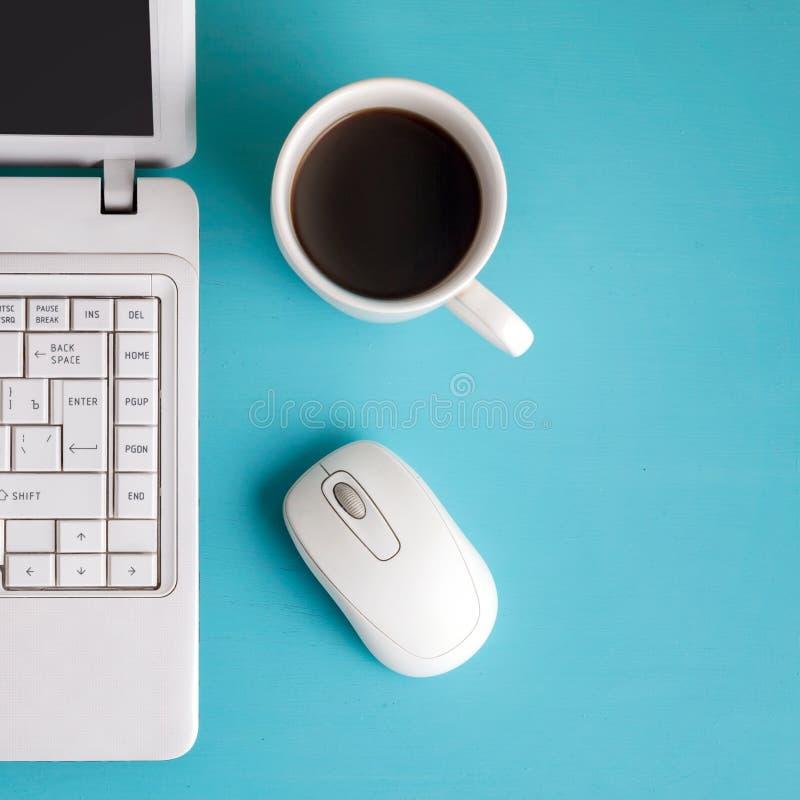 Download Белая компьтер-книжка на таблице - месте для Стоковое Фото - изображение насчитывающей образование, питье: 40582212