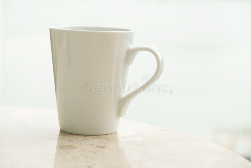 Белая кофейная чашка в утре стоковые изображения rf