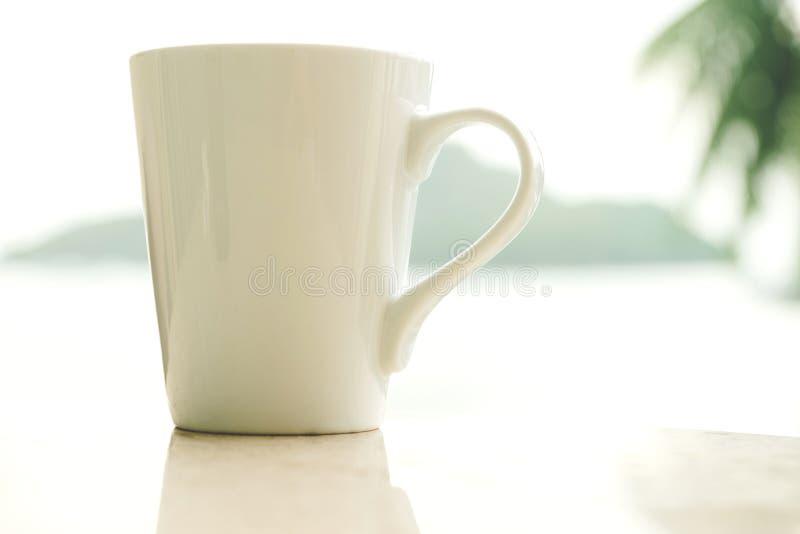 Белая кофейная чашка в утре стоковое изображение