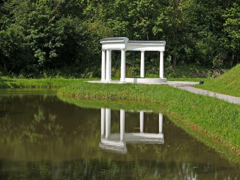 Белая колоннада в парке Yunost в Калининграде, России стоковое фото rf
