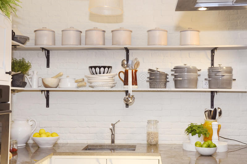 Белая кухня с красочными плодоовощами на счетчике гранита стоковое фото rf