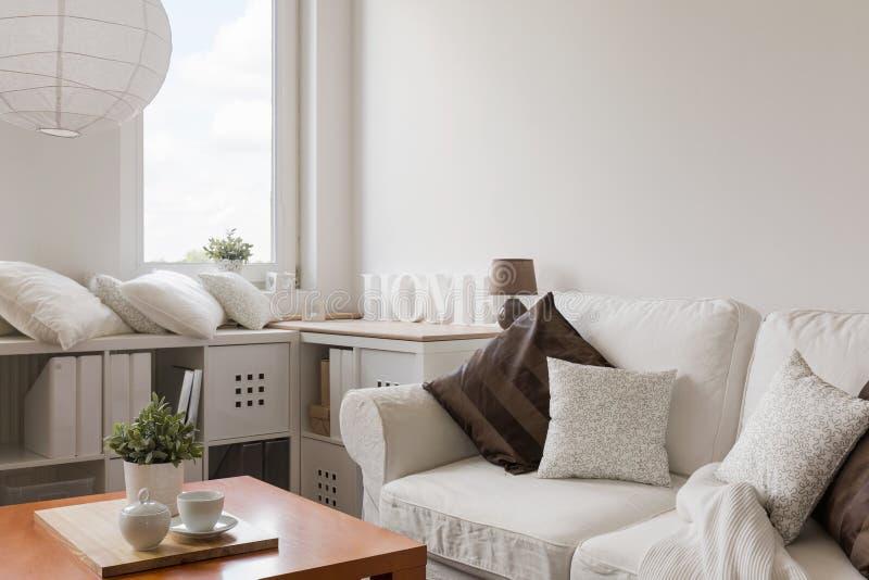 Белая мебель в современном салоне стоковые фотографии rf