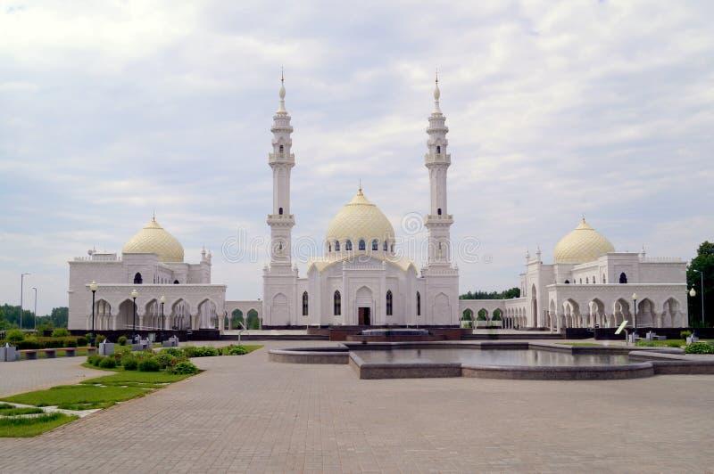 Белая мечеть в здании Татарстана Bulgar мусульманском regious с голубым небом и облаками стоковое фото rf