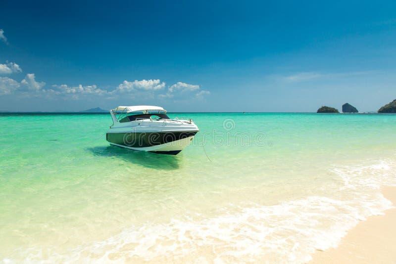 Белая моторная лодка стоковые фото