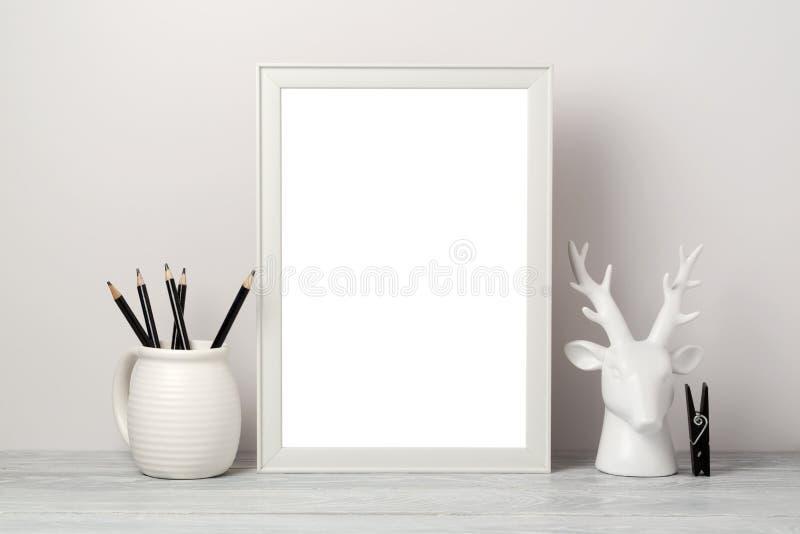 Белая насмешка рамки вверх с оленями карандаша и оформления Современная стильная внутренняя предпосылка для социальных средств ма стоковое изображение