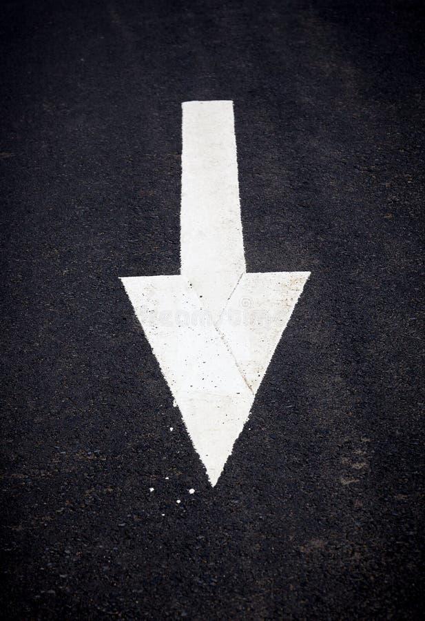 Download Белая передняя стрелка движения Стоковое Фото - изображение насчитывающей никто, индикация: 41656488