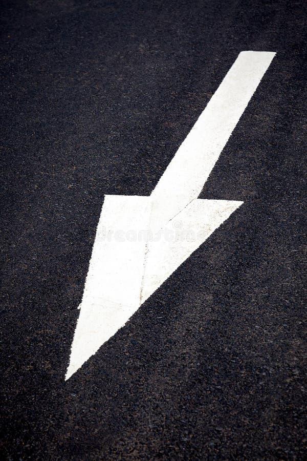Download Белая передняя стрелка движения Стоковое Изображение - изображение насчитывающей осени, майна: 41656535