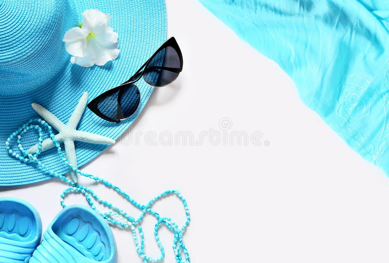Белая поверхность с деталями пляжа, взгляд сверху стоковое фото