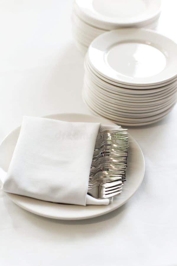 Белая посуда установленная для сервировки стола. стоковая фотография