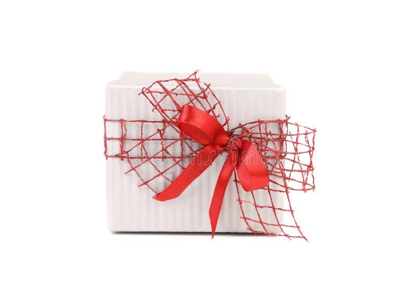 Белая подарочная коробка с красным смычком ленты стоковая фотография