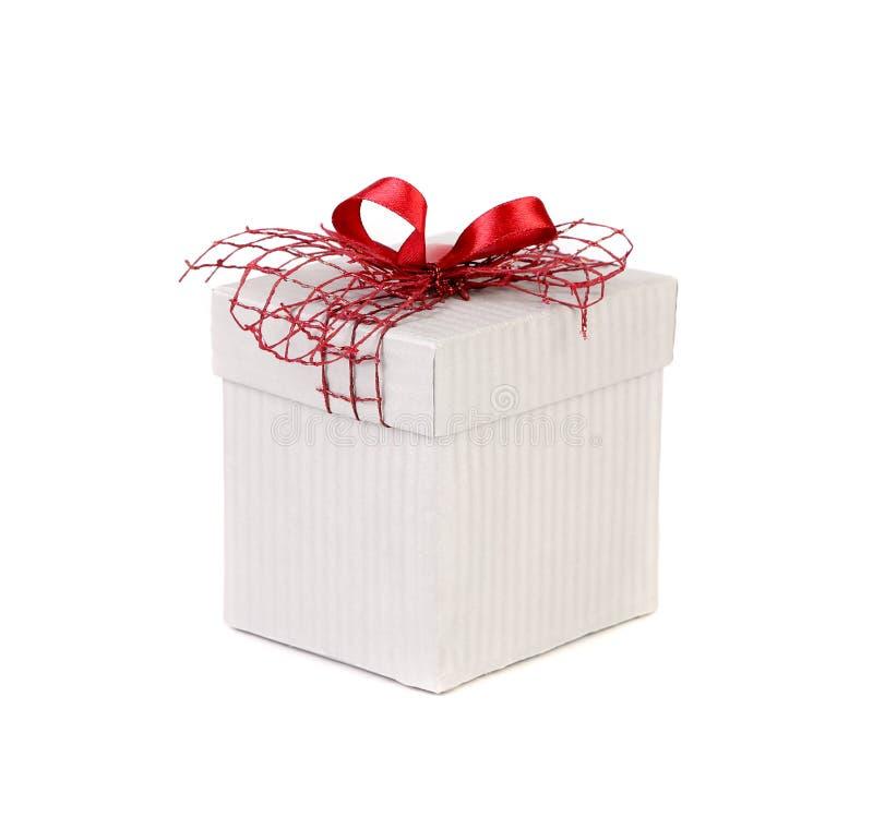 Белая подарочная коробка с красным смычком ленты. стоковые фото