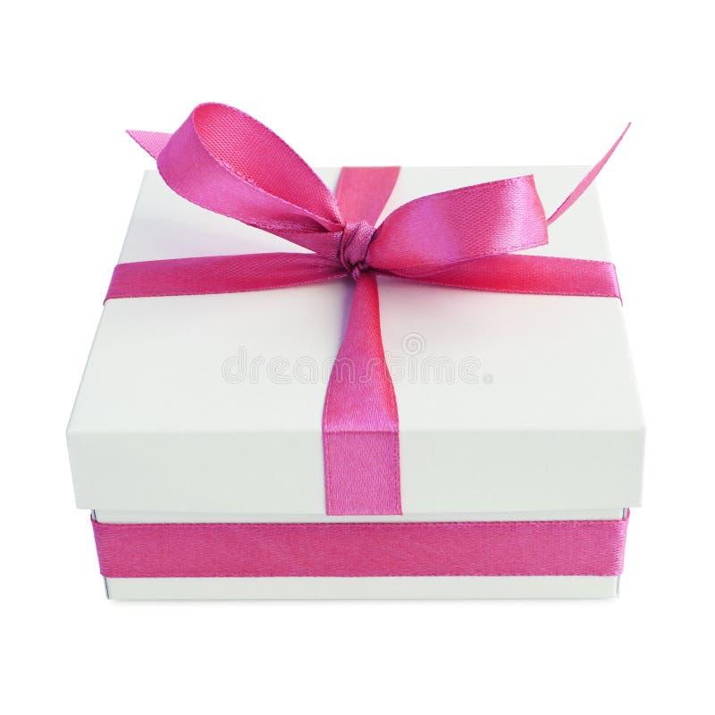 Белая подарочная коробка с розовым смычком ленты сатинировки стоковая фотография rf