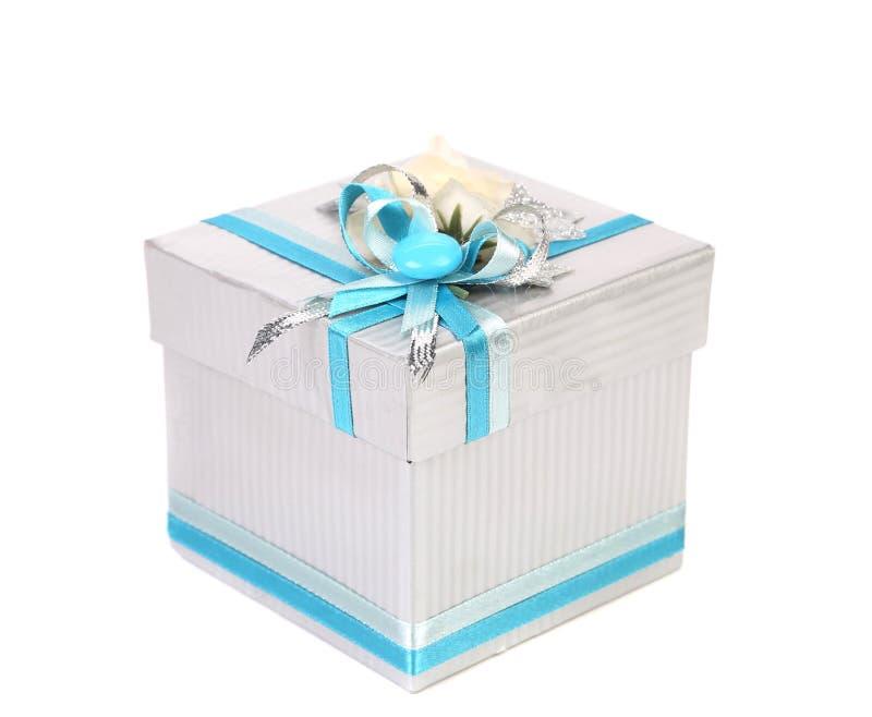 Белая подарочная коробка с смычком голубой ленты стоковая фотография