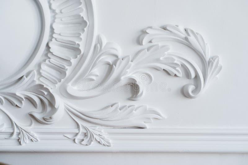 Белая прессформа стены с геометрической формой и исчезая пунктом Роскошный белый барельеф дизайна стены с прессформами штукатурки стоковые фото