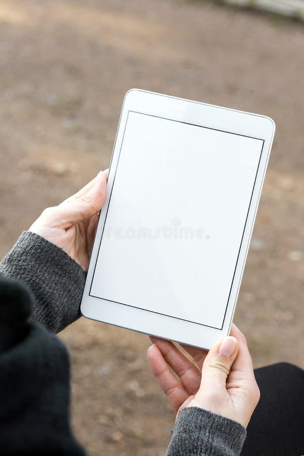 белая пустая таблетка, который держит женщина стоковые изображения rf