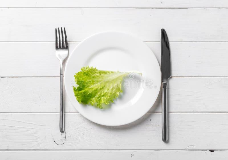 Белая плита с салатом, vegeterian, topview стоковые изображения rf