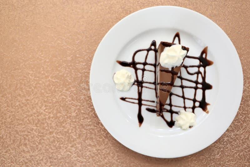 Белая плита с чизкейком шоколада стоковые изображения rf