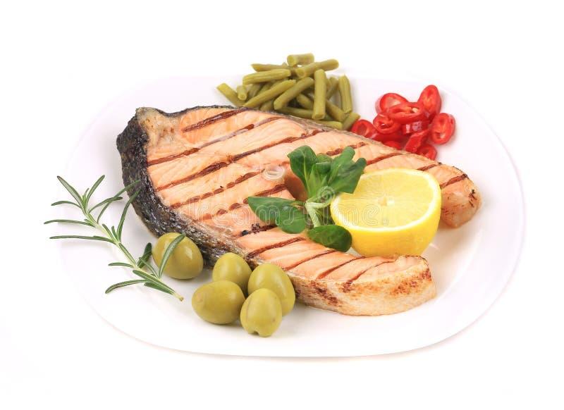 Белая плита salmon стейка с овощами стоковое фото rf