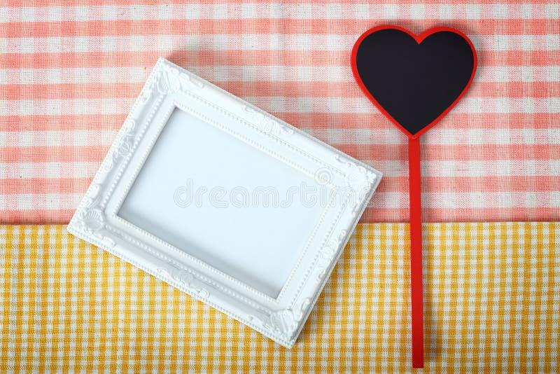 Белая рамка фото с знаком сердца от деревянной излишек ткани, clipp стоковые изображения rf
