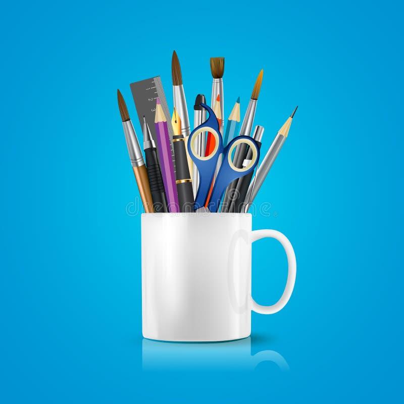 Белая реалистическая чашка с канцелярские товарами, карандашами, ручками, ножницами иллюстрация вектора