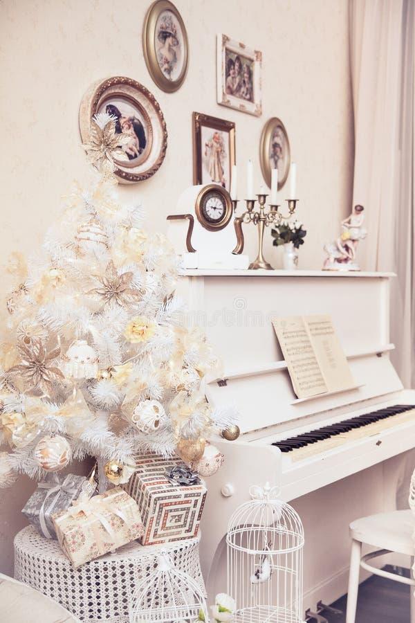 Белая рождественская елка с ручной работы орнаментами и белый рояль зима времени снежка цветка Праздник Новый Год стоковые изображения rf