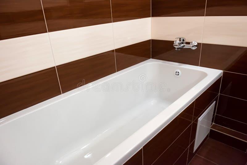 Белая роскошная ванна в ванной комнате стоковая фотография rf